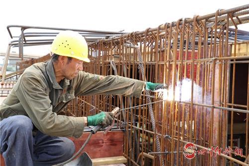17(网)彭山全力推进全市首个地埋式污水处理厂建设配图    工人正在施工.jpg