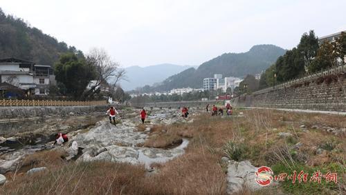 22(网)青川县开展保护母亲河志愿服务活动配图   捡拾垃圾.jpg