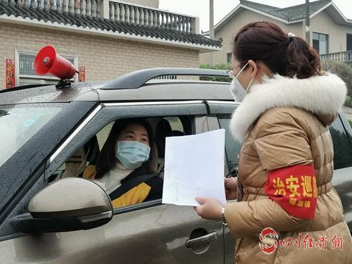何莉向车辆驾驶人员宣传防控知识.jpg