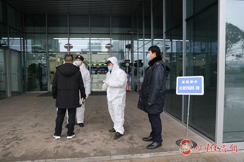泸州高新区政务局领导重视在办税大厅门口为前来办事的人员检测体温工作。图:陈高群.jpg