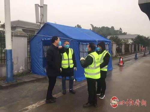 合江县税务局领导在九支镇卡口指导防疫工作(拍摄者:张剑).jpg