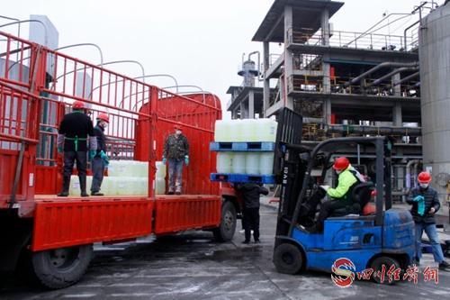 宜宾产消毒液装车捐助外地2.jpg