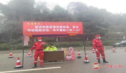 视力残疾人张明军(图中)在106线新庙卡点执勤.png