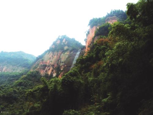 地处小凉山余脉的了情岩.jpg