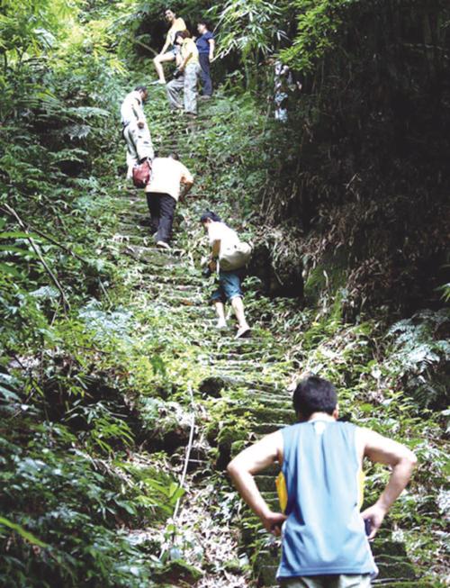 年轻人向高处的情人化石攀登.jpg