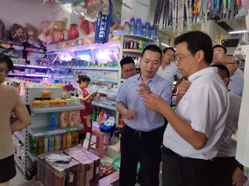 """在""""移动支付""""一条街的某个超市,达州市副市长庞伟(右一)与邮政储蓄银行四川分行副行长刘强一起了解""""优友宝"""".jpg"""