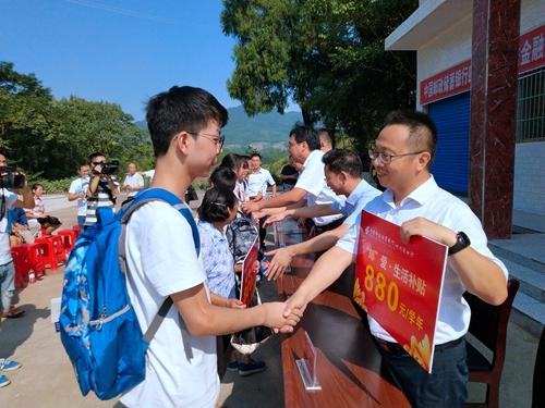 邮储银行为贫困村复兴村中学生捐赠880元的生活补贴.jpg