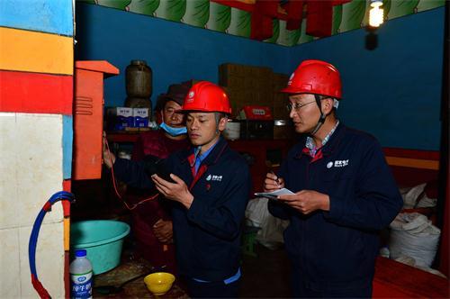 郭飞带领援藏队队员在用户家里开展用电检查.jpg