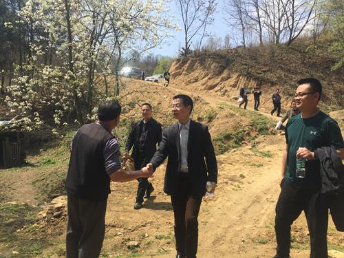 学院党委书记周勇深入柏杨村实地考察基础设施建设.png