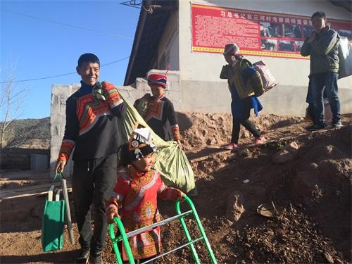 大年初七,凉山州昭觉县三合村的村民陆续搬入新居,开始了新的幸福生活.jpg