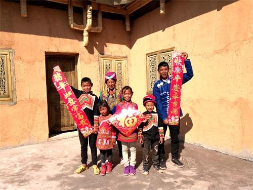 在昭觉县三河村新居安置点,吉好也求一家正为即将入住的新房贴春联 1.jpg