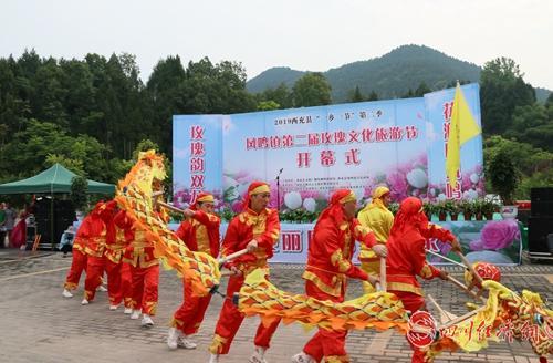 26(网)西充:凤鸣镇第二届玫瑰文化旅游节开幕配图   开幕式现场板凳龙表演2.jpg