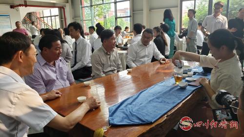 南塔省省长一行看学生们表演中国茶艺.jpg