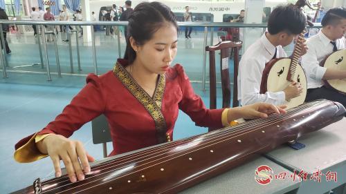 学生们练习古琴.jpg