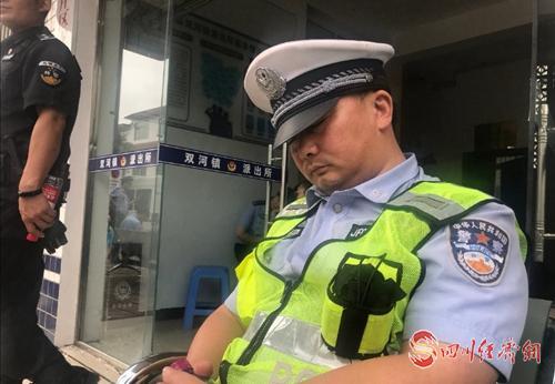 61(网)一夜守护,民警们累得筋疲力尽.doc(发微博)配图    忙碌一夜,他们辛苦了.jpg