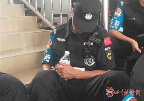 61(网)一夜守护,民警们累得筋疲力尽.doc(发微博)配图    忙碌一夜,让他们打个盹儿.jpg