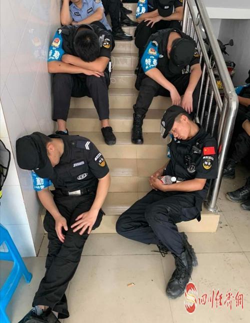 61(网)一夜守护,民警们累得筋疲力尽.doc(发微博)配图    忙碌一夜,民警们疲惫不堪.jpg