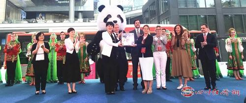"""37(网)维塔斯飙海豚音  """"莫斯科牵手成都""""系列活动""""燃""""动成都配图    成都市副市长敬静将装有成都市民对大熊猫祝福的礼盒赠送给莫斯科动物园园长阿库洛娃.jpg"""