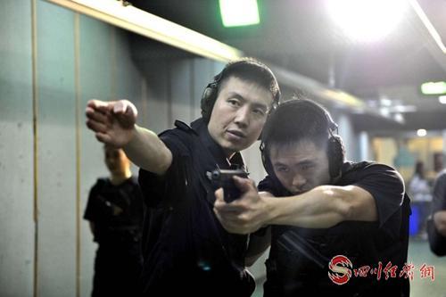李建華(左)指導隊員訓練.jpg