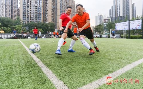 01(網)成都高新區足球比賽啟動  16支隊伍綠茵場爭鋒配圖          比賽現場.jpg