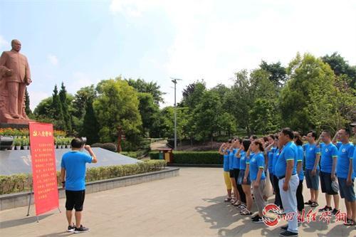 45(44龍 網)廣漢市實驗小學開展系列活動慶祝建黨98周年配圖    入黨宣誓.jpg