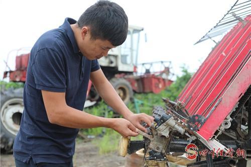 """23(网)王程淋:从农机能手到致富""""舵手""""配图    王程淋在修理农机设备.jpg"""