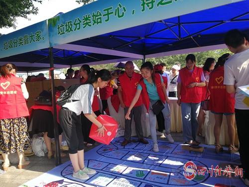 29(29龙 网(0705)刘蓉)德阳市生活垃圾分类志愿服务启动配图    图为现场游戏互动.jpg