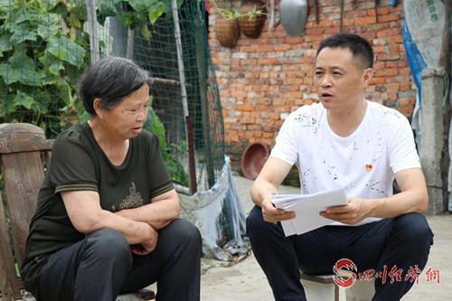 马世文(右一)看望贫困户.jpg