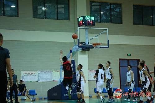 01(网)雅安市全民健身篮球公开赛在雨城区举行 配图      比赛激烈进行.jpg