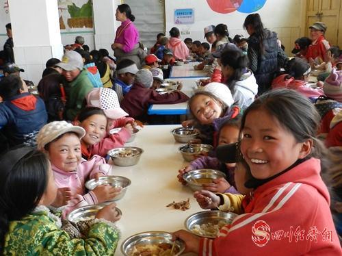 10(网)甘孜:确保藏区每个孩子有学上 上好学配图    配图2:牧区小学开心食堂.jpg