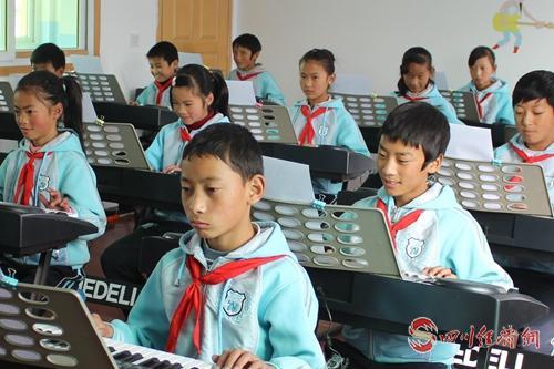 10(网)甘孜:确保藏区每个孩子有学上 上好学配图    配图3:牧区学生上音乐课.jpg