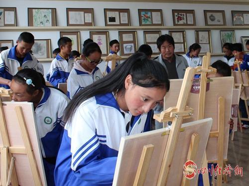 10(网)甘孜:确保藏区每个孩子有学上 上好学配图    配图4:绘画教室.jpg