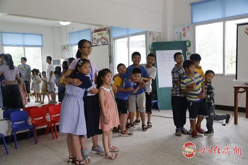37(网)丹棱:成都学生志愿者关爱留守儿童配图    学生志愿者与孩子们在一起.jpg