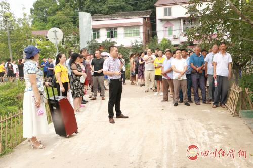 07(7胡 网 0808汤斌)成都高新区石板凳镇深入推进农村人居环境整治配图    现场会1.png