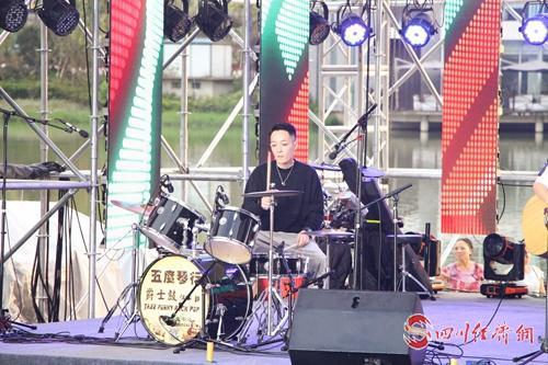 文创 音乐 雅安天全水城音乐节让你爽嗨到爆 配图:乐队正在演奏.jpg