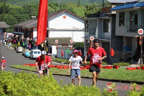 体验红色文化 雅安天全文创旅游节红色马拉松开跑 配图:正在奔跑的运动员.jpg