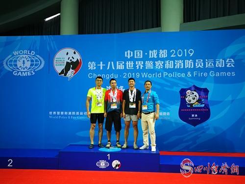 张海山(左二)在男子1500米35岁—40岁组自由泳比赛成功摘金.jpg