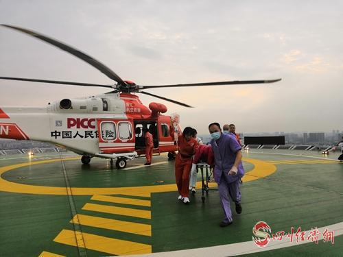患者搭乘直升飞机抵达成都。.jpg
