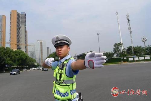 8月13日下午,成都交警六分局执勤人员正顶着高温指挥交通.jpg
