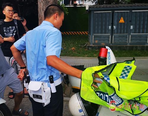 顶着烈日执勤的成都交警六分局执勤人员早已汗流浃背.jpg