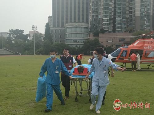 """21(网)""""空中120""""出动!华西医院航空救援分队接回卧龙46岁重伤员配图    伤员被及时转运到华西医院。.jpg"""