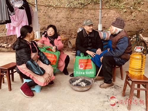15(网)一个村支书企业家的公益情怀配图    慰问贫困家庭.jpg