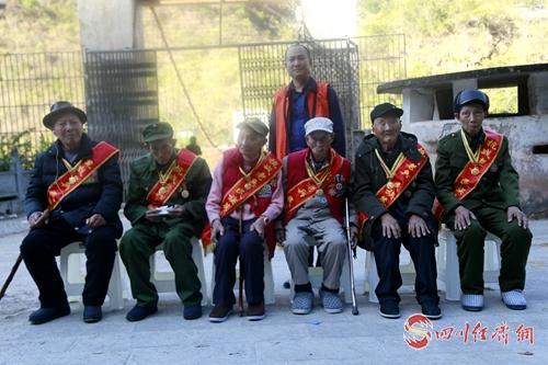 15(网)一个村支书企业家的公益情怀配图    与抗战老兵一起.jpg