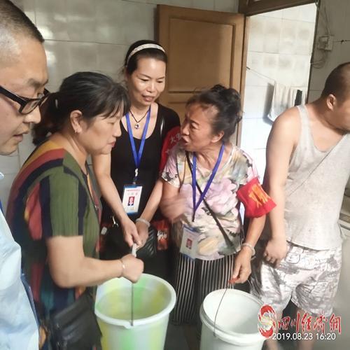 """15(网)自贡大安区成立""""应急送水队""""感动困难群众配图    图:社区干部为群众送水.jpg"""
