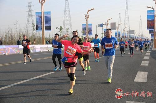 29(网)沙湾:文旅融合谱新篇 配图    图5:在乐沙大道举行的2018乐山国际半程马拉松赛.jpg