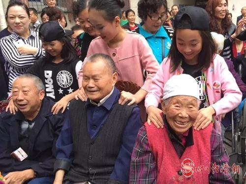 """15(网)什邡:开启""""社区是我家""""文化专列,提升基层社会治理质效配图    为老人们按摩.jpg"""