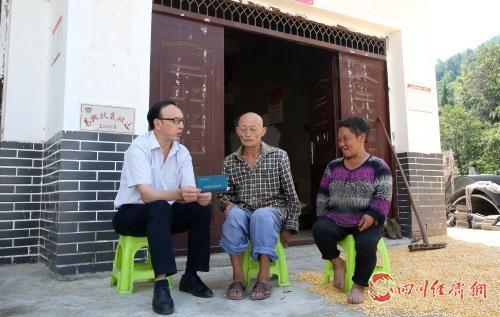 01(1刘 网 0906 王小英)我家终于有存款配图    公司员工李国平到李维平家了解生产、生活上的困难与问题.jpg