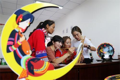 学习彝族传统手工艺品的制作.jpg