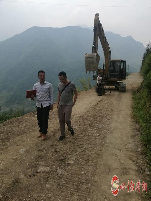 图2:庞东(右一)查勘4.8公里通组路(产业路)建设.jpg