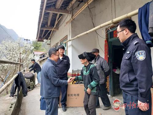 图5:工作队、第一书记给贫困户邛莫布布家赠送新电视.jpg